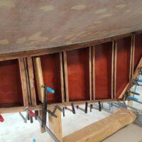 Neue Sperrholz-Beplankung der Kielflosse
