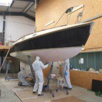 3 farblich unterschiedliche Lagen Epoxidprimer versiegeln den Bootskörper.